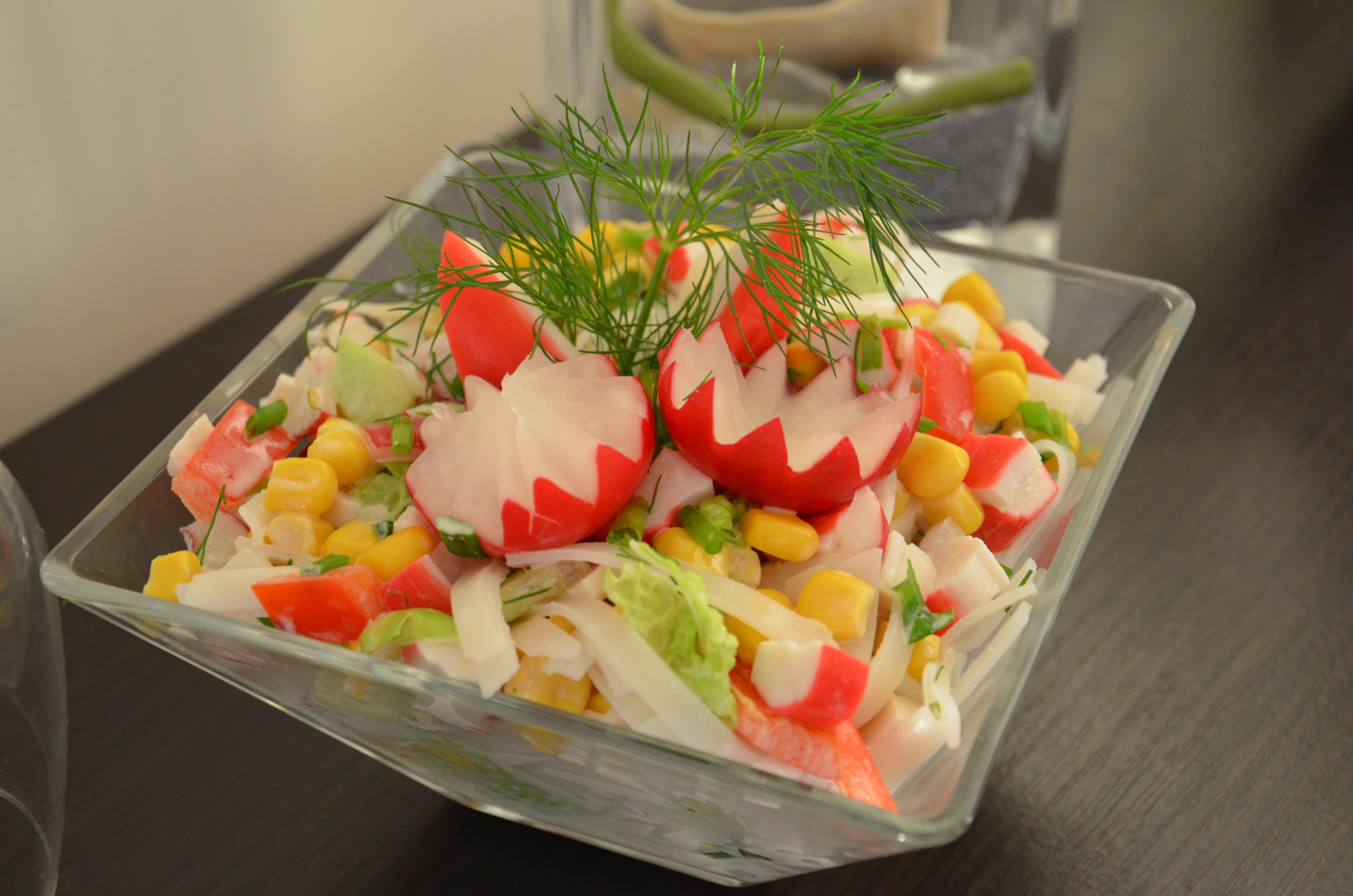 Wiosenna Salatka Z Paluszkami Krabowymi I Makaronem Ryzowym